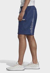 adidas Originals - R.Y.V. SHORTS - Shorts - blue - 3