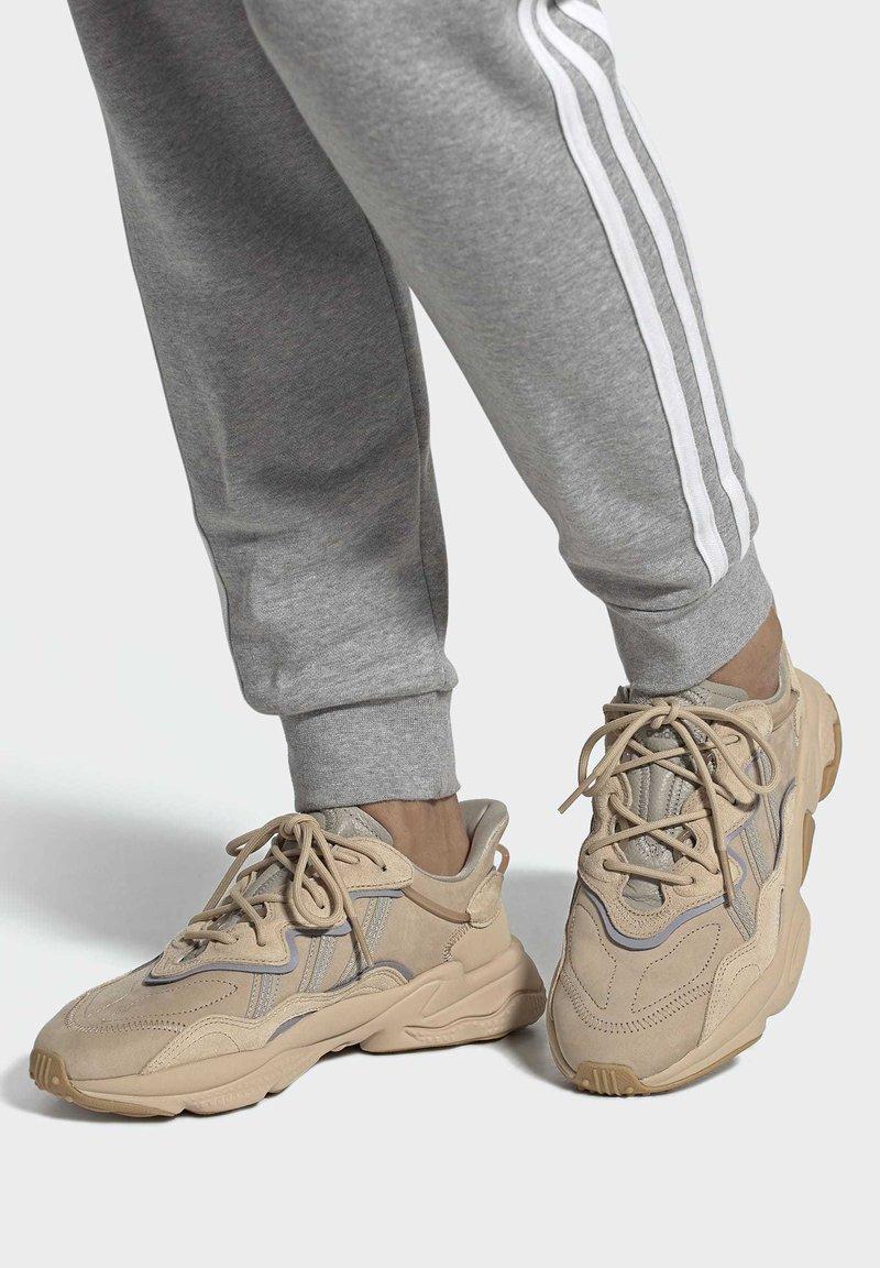 adidas Originals - OZWEEGO UNISEX - Trainers - stpanu/lbrown/solred