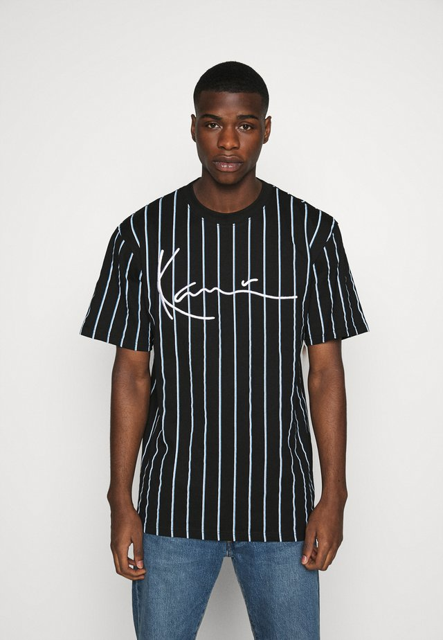 SIGNATURE PINSTRIPE TEE - T-shirt con stampa - black