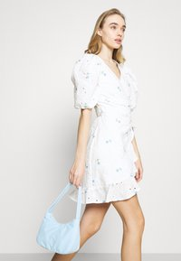 Missguided - FLORAL BRODERIE PUFF SLEEVE MINI DRESS - Kjole - white - 4