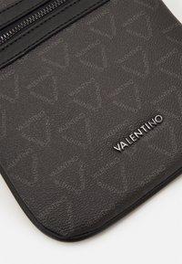 Valentino Bags - LIUTO MINI CROSSBODY - Bandolera - nero - 4