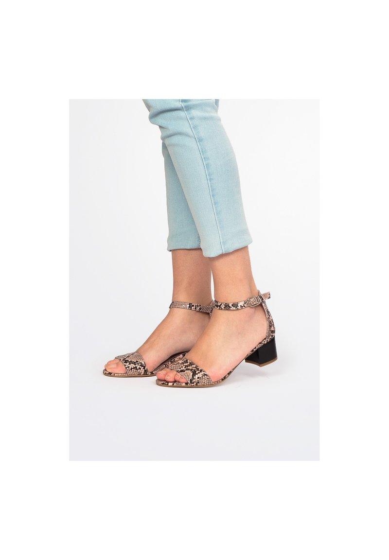 Eva Lopez - Ankle cuff sandals - pink