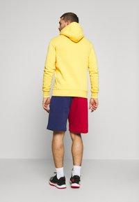 Mitchell & Ness - COLORBLOCKED - Sports shorts - dark green - 2