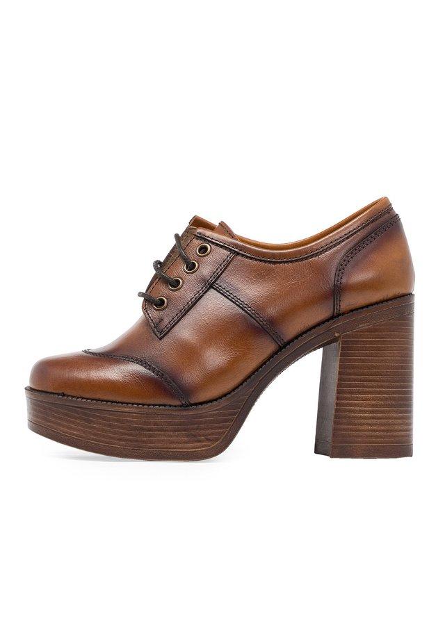 SCHNÜRSENKELN UND PLATEAU - Lace-up heels - 602