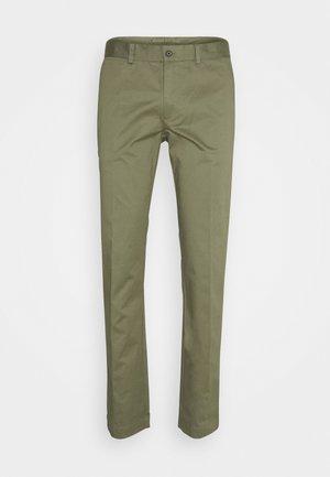 CHAZE SUPER PANTS - Pantalones chinos - lake green