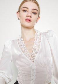 Glamorous - LONG SLEEVE LOW V-NECK BLOUSE - Blouse - white - 3