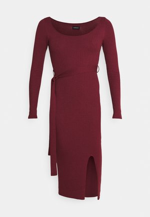 KNIT BELTED MIDI DRESS WITH SLIT - Shift dress - bordeaux