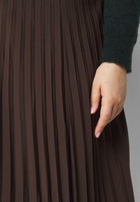 Selected Femme Curve - SLFLEXIS MIDI SKIRT - A-line skirt - coffee bean - 4
