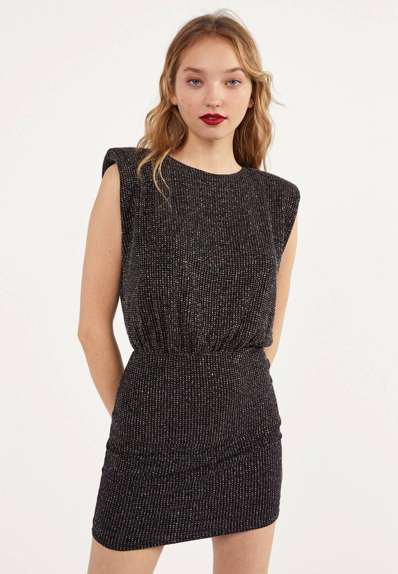 Bershka - MIT LAMÉFÄDEN UND SCHULTERPOLSTERN - Cocktail dress / Party dress - black