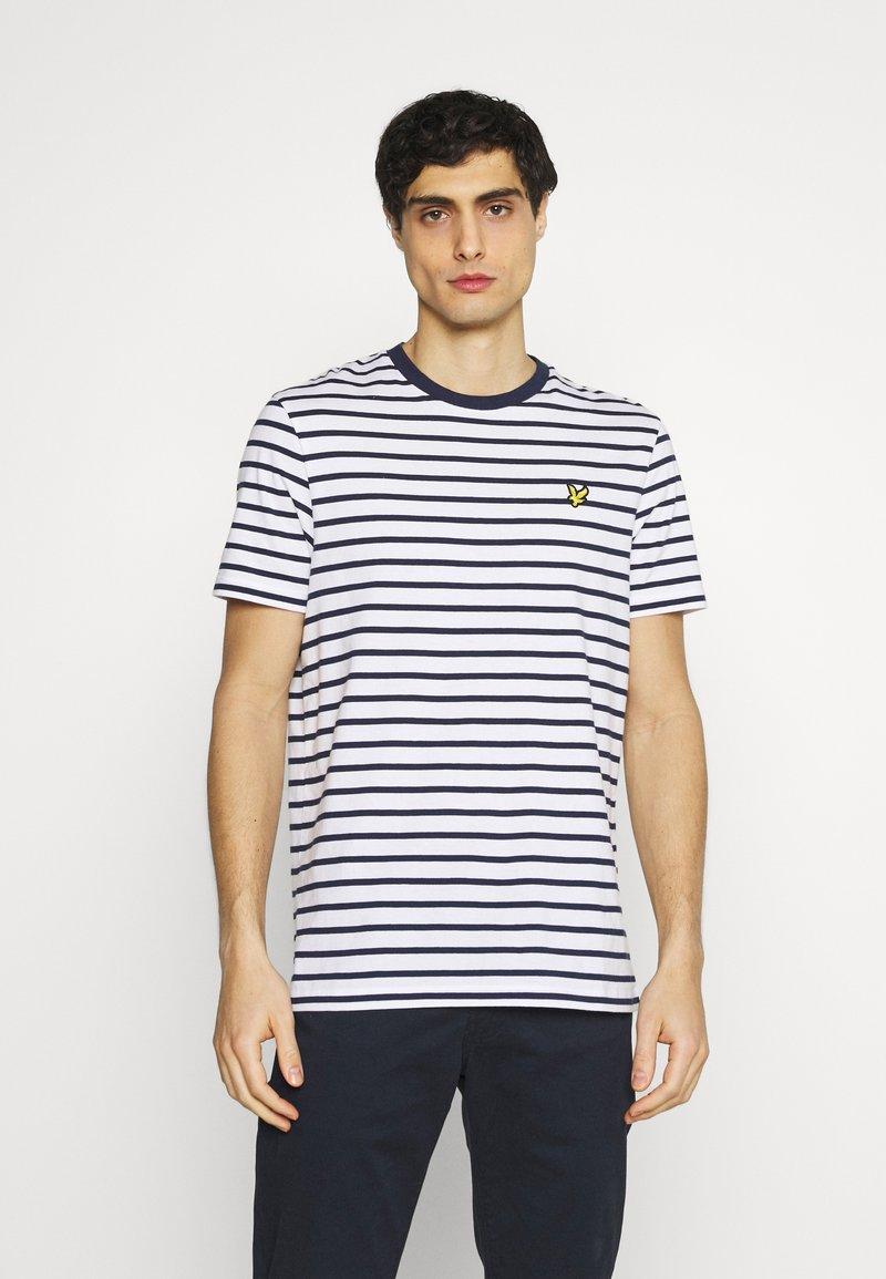 Lyle & Scott - BRETON STRIPE - T-shirt med print - navy/white