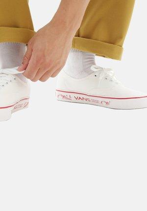 UA COMFYCUSH AUTHENTIC - Sneakersy niskie - (penn) blanc de blanc/red