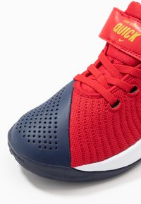 Nike Performance - TEAM HUSTLE QUICK  - Basketbalové boty - university red/midnight navy - 2