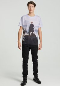 Mr. GUGU & Miss GO - WANDERER ABOVE THE SEA OF FOG - Print T-shirt - blue - 1