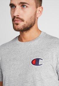 Champion - CREWNECK - Print T-shirt - grey - 3