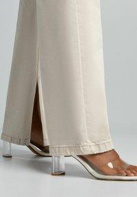 Bershka - Jeans a zampa - sand - 3