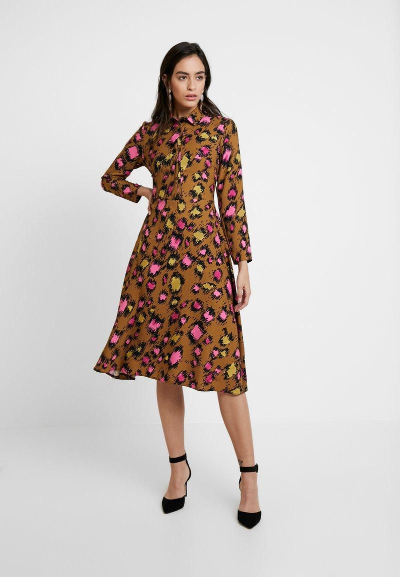 Closet - CLOSET SWING DRESS - Shirt dress - gold