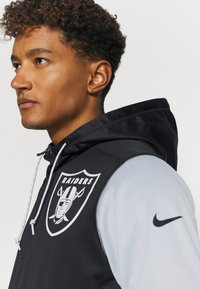 Nike Performance - NFL OAKLAND RAIDERS LEFT CHEST MASCOT FULL-ZIP THERMA HOODI - Klubové oblečení - black/field silver - 3