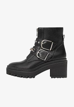 MIT PROFIL, UND DEKORATIVER KET - Kovbojské/motorkářské boty - black