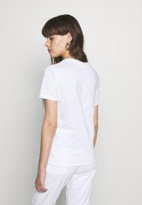 Calvin Klein - SMALL LOGO EMBROIDERED TEE - Jednoduché triko - white - 2