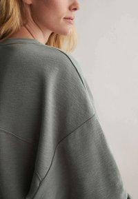 OYSHO - Sweatshirt - khaki - 6