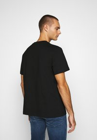 Calvin Klein Jeans - INTARSIA POCKET TEE - T-shirts print - black - 2