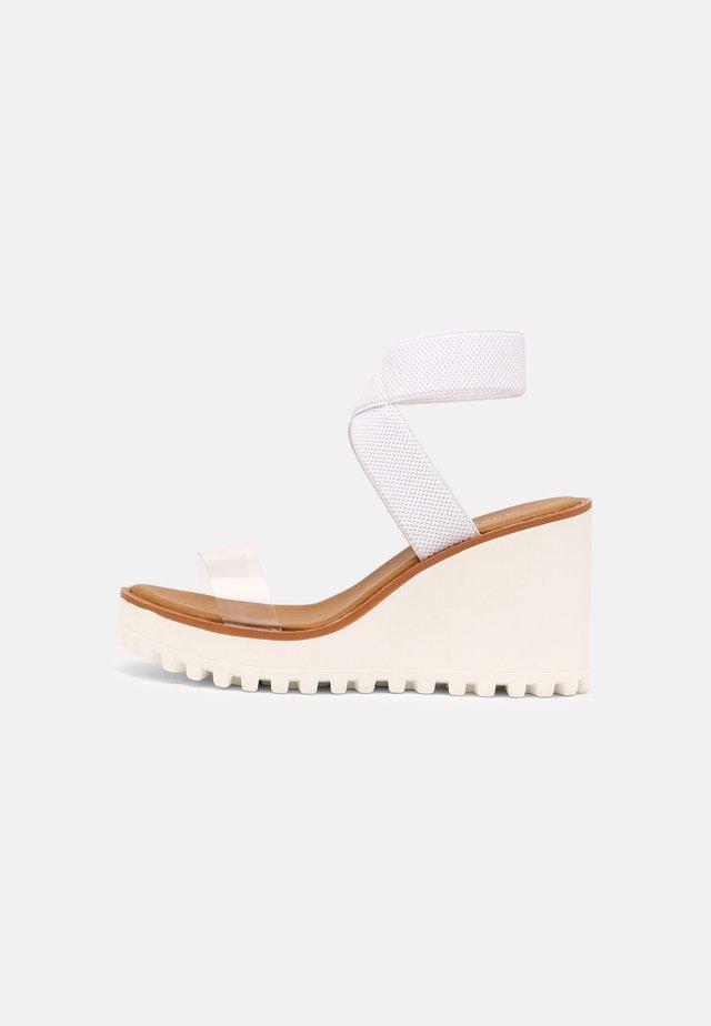 CARLOTTE - Sandalen met plateauzool - white/clear
