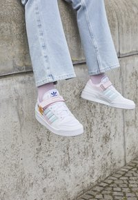 adidas Originals - FORUM LOW ORIGINALS SNEAKERS SHOES - Trainers - footwear white/clear pink/halo mint - 6