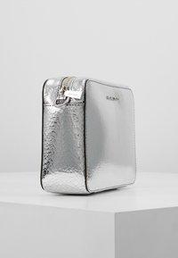 MICHAEL Michael Kors - CROSSBODIES CAMERA BAG - Across body bag - silver - 3