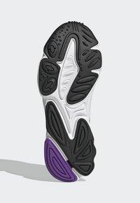 adidas Originals - OZWEEGO CELOX - Sneakers basse - white - 4