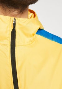 Nike Performance - TRAIL WINDRUNNER  - Chaqueta de deporte - solar flare/beach/laser blue/reflective silver - 4