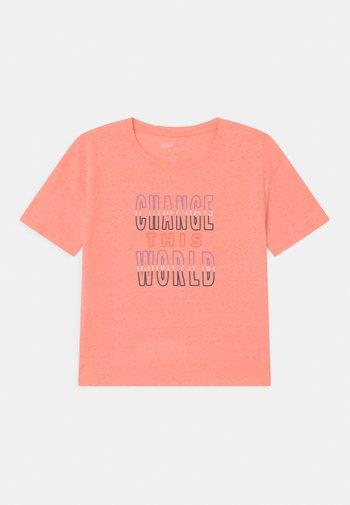 BOXY TEENAGER - Print T-shirt - neon coral