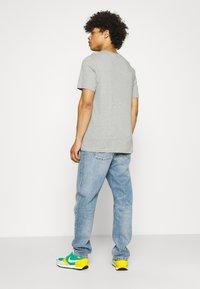 Nike Sportswear - COURT TEE - T-shirt med print - grey heather - 2