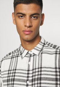 Only & Sons - ONSNATE LIFE CHECK SHIRT - Shirt - star white - 3