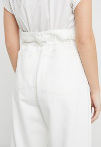CLOSED - LEXI - Jeansy Relaxed Fit - creme - 4