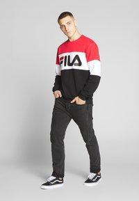 Fila - STRAIGHT - Collegepaita - true red/black/bright white - 1