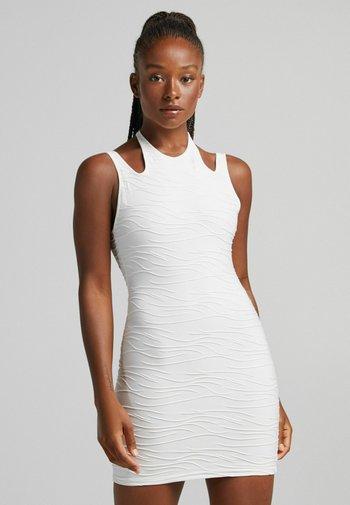 MIT SCHLITZ AM RÜCKEN - Jersey dress - white