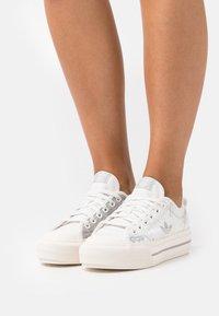 adidas Originals - NIZZA PLATFORM - Baskets basses - cloud white/metal grey/grey one - 0