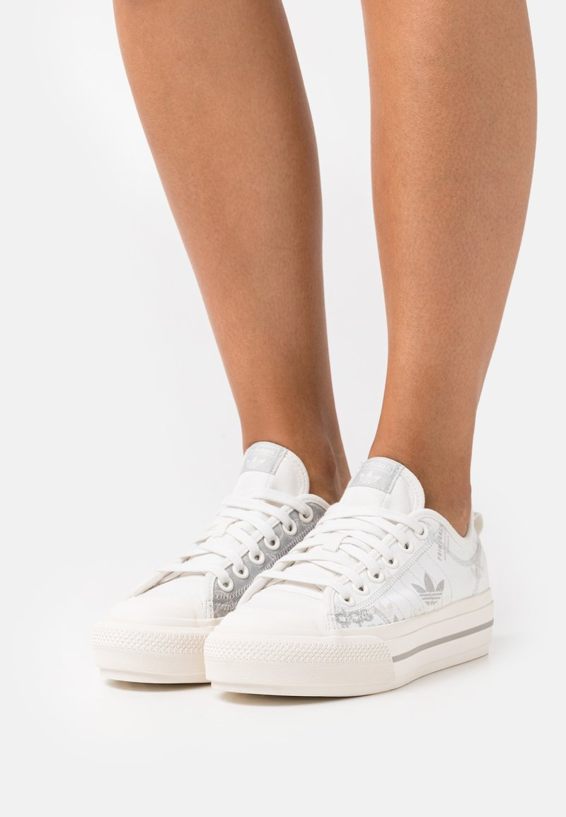adidas Originals - NIZZA PLATFORM - Baskets basses - cloud white/metal grey/grey one