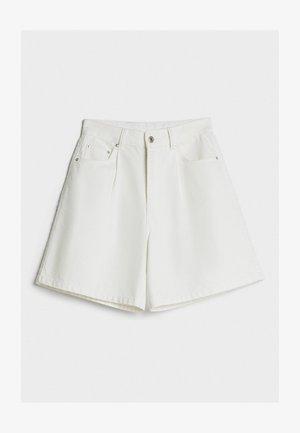 MIT BUNDFALTEN - Denim shorts - stone