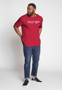 Tommy Hilfiger - CORP STRIPE TEE - T-shirt con stampa - red - 1