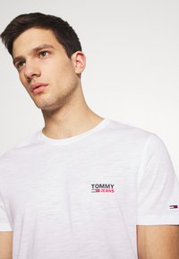 Tommy Jeans - TEXTURE LOGO TEE - Print T-shirt - white - 3