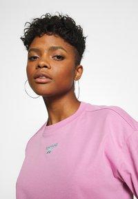 Reebok Classic - CROPPED TEE - Print T-shirt - jasmine pink - 4