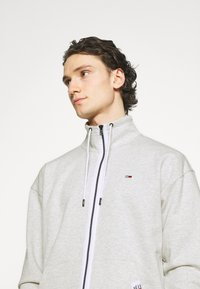 Tommy Jeans - SOLID TRACK JACKET - Mikina na zip - grey - 3