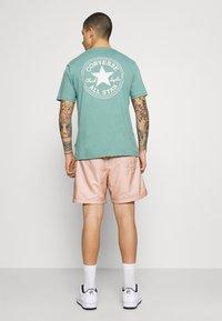 Nike Sportswear - FLOW GRID - Shortsit - crimson bliss/white - 2