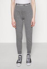 Hollister Co. - LOGO - Teplákové kalhoty - grey - 0