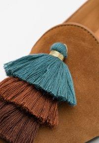 Chatelles - POINTY - Nazouvací boty - camel brown/blue - 3