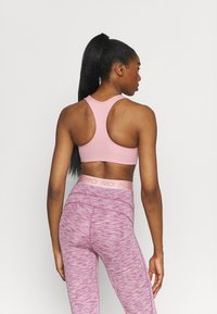 Nike Performance - BRA - Sujetadores deportivos con sujeción media - pink glaze/pure/white - 2
