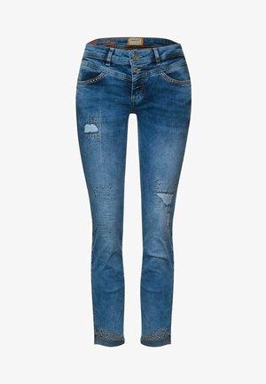 MIT NIETEN - Slim fit jeans - blau