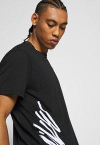 Nike Performance - Camiseta estampada - black/white - 3
