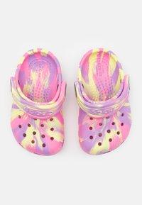 Crocs - CLASSIC MARBLED - Pantofle - pink lemonade/multicolor - 3